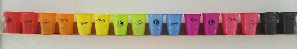 Tamponnyomott műanyag poharak